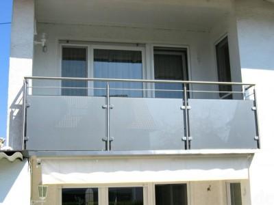 Balkonsanierung-Edelstahlgeländer-Milchglas-mit-Rinne