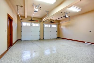 Garagenboden saniert mit glänzender Kunstharzbeschichtung für privaten Bereich