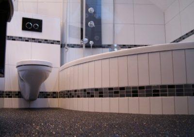 modernes-bad-mit-exklusiver-natursteinspachtelung-und-whirlpool